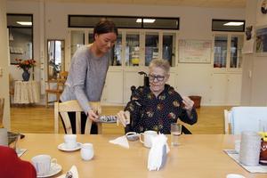 Ebba Gavlén bjuder Lena Engvall på chokladbollar.