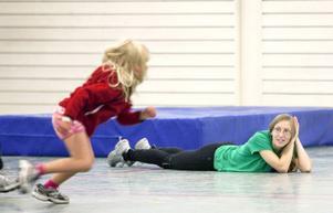 Knatteskutt handlar mycket om rörelse och lek och att testa på flera olika idrotter.– Tanken är att de ska få prova på olika idrotter. Se vad som finns och kanske hitta en idrott som de tycker är så rolig att de vill fortsätta, säger ledaren Ida Willén.