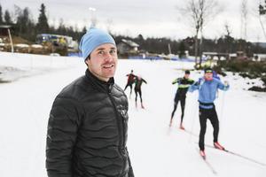 Magnus Myhr, vd för skidanläggnigen Bruksvallarna var glad över premiären men mindre glad över bildvädret som tagit hårt på natursnön.