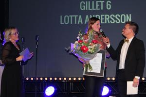 Gillet 6 blev årets marknadsförare. Priset togs emot av Lotta Andersson som här intervjuas av konferenciern Janne Bylund. Til vänster i bild Sala Allehandas säljchef Anna-Lena Bergdahl som delade ut priset.