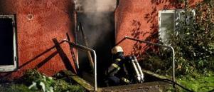 Brandmännen bekämpade branden under flera timmar natten mot tisdagen och under den tidiga morgonen. Polisen misstänker mordbrand. Foto: Fredric Gustafsson