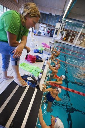USM-gänget. VSS-tränaren Helena Persson och simmarna. Foto: Tony Persson