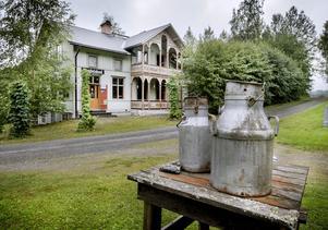 Förr fanns en skjutsstation där fritidshuset står i dag. Intill ligger ruinerna efter en månghundraårig hytta.