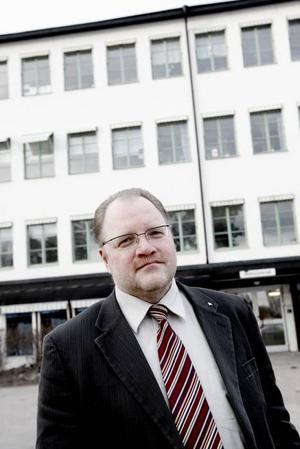 ORGANISERAR OM. Johan Larsson är en av de rektorer som nu snabbt måste organisera om undervisningen i skolorna sedan de fått mindre pengar att anställa personal för. En konsekvens blir att Murgårdsskolans tre egna specialgrupper försvinner. Den fjärde specialgruppen är kommungemensam och blir förmodligen kvar.
