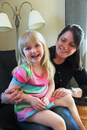 """Linda Sjöström vill inte ha fler barn, det räcker med fyraåringen Wilma. Hon har lärt sig att hantera omgivningens frågor. """"Frågan var inte om vi skulle ha ett barn till, utan när. Jag har alltid svarat: Jag vågar inte chansa en gång till. Men nu har folk slutat tjata. Varför ska det vara så skamfyllt att erkänna att det är skitjobbigt att vara mamma?"""""""