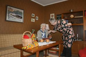 Anna Alexius och Ragna Bergström i en av pensionärslägenheterna på Jamtli. Ett av friluftsmuseets EU-projekt har gått ut på att öppna upp historiska miljöer för äldre med demens.