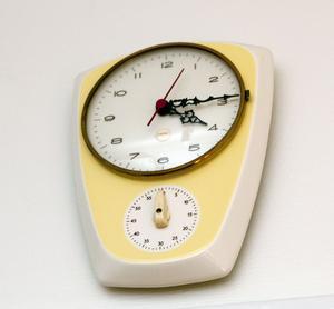 Tidstypisk. 1950-tals köksklockan pryder sin plats över köksdörren.