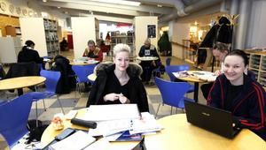 Ida Eliasson och Sofia Orrbén sitter ofta i Gästrike-Hälsingerummet och jobbar. De saknar lugnet och böckerna.– Det låter mycket mer här, men det är roligt med alla människor, säger Sofia Orrbén.