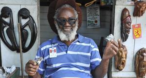 Da Gem Maker i Ocho Rios gör smycken av snäckskal och säljer dem i sitt stånd på hantverksmarknaden.