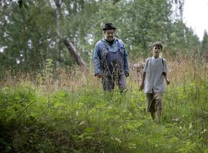 """""""Burken"""" och """"Jens"""". När allt ser som mörkast ut i filmen träffar pojken den godhjärtade uteliggaren. Tillsammans förverkligar de en dröm. Foto:Peter Ohlsson"""