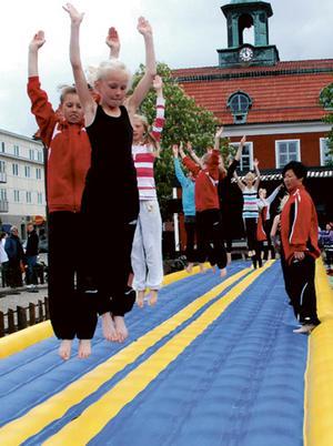 Unga gymnaster från Sala Gymnastikförening flyger fram över studsmattan. Bild: Carola Karlsson.