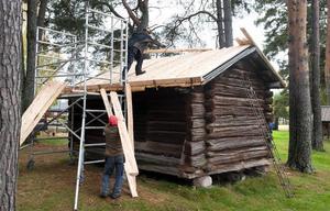 Det lilla huset är inte stort men en raritet på Torsångs hembygdsgård. Med det nya taket ökar möjlighen att bevara 1500-talshuset ytterligare århundraden.
