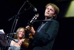"""""""Det positiva är att det sker en självsanering inom musikbranschen. Det kommer inte gå att tjäna pengar på musik utan att vara ute och turnera och spela live"""" säger Jens Ganman, musiker och författare.Foto: Robert Henriksson"""
