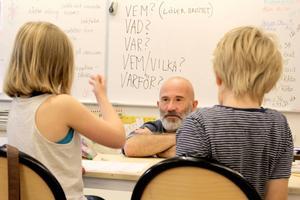 Petrus Dahlin har hållit författarworkshop på Stugsunds skola.