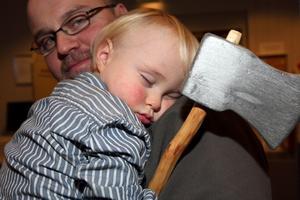 Med yxan i handen somnade Primus Frånberg i pappa Markus famn.