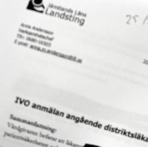 Verksamhetschefen Anna Andersson anmäler en distriktsläkare till Inspektionen för vård och omsorg, IVO.