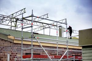 Fler problem har upptäckt under renoveringsarbetet på Björksätraskolan, nu måste taket på hus B bytas ut.