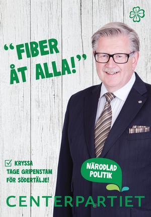 """Lasse Karlsson: """"Tjusig Dressman-reklam. Sedan undrar man om budskapet handlar om knäckebröd eller bredband. Snyggaste affischen. Undrar varför man gör en bock där man ska kryssa dock.""""Jenny Madestam: """"Rikaste partiet gör snyggaste affischen. Bra att få med 'Närodlad politik'. Sedan är huvudbudskapet extremt lokalt."""""""