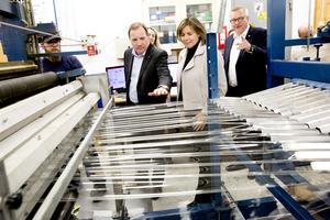 Se men inte röra. Isoflex VD Thomas Vissgården visade Statsminister Stefan Löfven och vice statsminister Isabella Lövin (MP) runt på företaget.