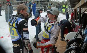 Hemmaföraren Andreas Westlund berättar och visar för Strömsunds Mikael Flodin (nr 16) hur det gick till i heatet innan.