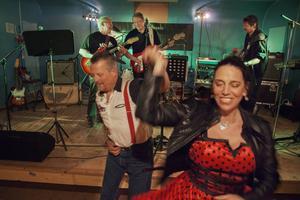 Tore Bollandsås och Hilde Beate LInd har kommit ända från Trondheim för att dansa, umgås och lyssna på musik. Här passar de på att dansa loss när Back To Basic spelar.