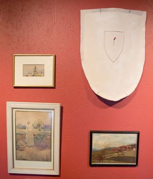 Tre målningar av Karin Bergöö, och Filippa Wikners tistel på en sköld av porslin.