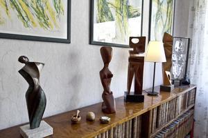 Skulpturer på rad. Raka i trä av Sven Olow Olsson från Gävle och i glas av Erik Höglund.                                 .