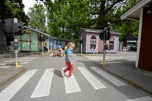 Allt på plats. På Barnens ö finns lilleputtstaden kvar, med asfalterade gator, trafikljus, rondeller och övergångsställen. Här är Klara Prytz, 2 år, på väg över den lilla gatan.