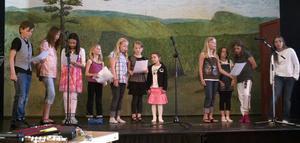 En mångröstad kör, med barn från skolan i Svågadalen, sjöng in sommaren.