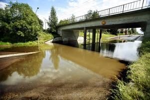 Här under viadukten precis där Årsundavägen startar var vattnet en och en halv meter djupt.
