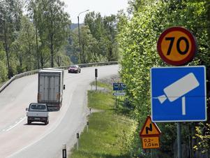 Skyltar berättar att fartkameror kommer och vilken hastighet som gäller, för att hjälpa trafikanter att hålla rätt hastighet.