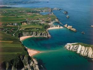 Vacker kust runt semesterorten Llanes i regionen Cantabrien. Foto: Tourspain