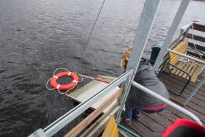 Ett av övningsmomenten var att kunna manövrera båten, sänka ner landgång och sedan hjälpa en person som fallit i vattnet ombord.