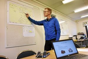 Danska bolaget Stenger & Ibsen har huvudentreprenaden på mark och fundament. Deras platschef Mats Kjellson går igenom säkerheten med målet att inga olyckor ska inträffa under byggtiden.