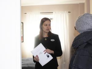 Dialog. Anniqa Tengström visar sovrummet i lägenheten för Britt Ramkvist, syster till Maude Sjöström.