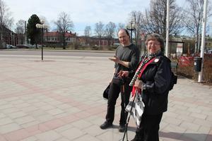 Snart fylls det tomma torget med liv. Anders Assis och Lilian Hjort visar var festtältet kommer sättas upp.