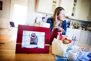 Inom loppet av tre veckor förlorade Elena Bratko sin pappa och sin man. Hur behandlingen av hennes man påverkades av att cancerdiagnosen försenades med över sju månader får hon aldrig veta.GD den 27 november 2008