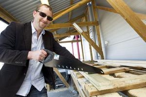 """Hemmafixare. Anders Hjertström sågar till brädor för att bygga blomlådor till trädgården i Örtagården. """"Vi har bott där i fyra år och håller på att fixa tomten. Vi har byggt förråd och sommarens projekt blir att bygga ett plank"""", säger Anders."""