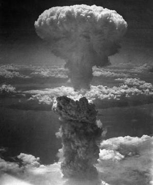 Det välkända svampmolnet över Nagasaki den 9 augusti 1945. 70 000 människor dog genast, tiotusentals fler senare.