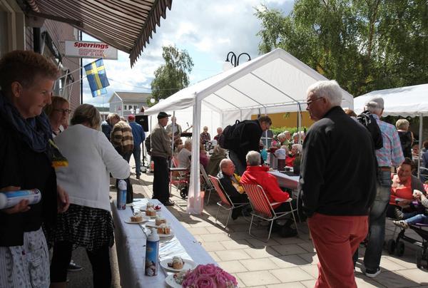 Rulltårtekalaset på torget lockar ut många under Handelns dag i Sveg.