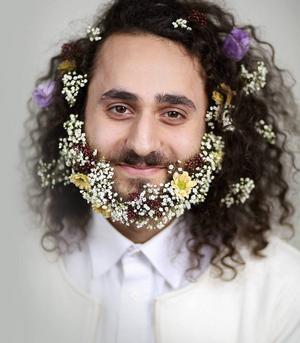 Manno Endalib med skäggblomsterarrangemang av Nanna Amoruso Kokko, syns i Genusfotografens bildhandbok.
