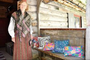 Gunn Jonsson Shabetai bor i Paris och tidigare New York, men är på somrarna hemma på Fjällnäs och hjälper då till på fornminnesföreningen. Hon är designer och tillverkar handmålade sidenkuddar som hon sålde.