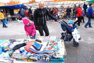 Med mamma på loppistorget under Rättviks marknad.