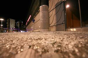 Glasfasaden på Conventum gav vika i stormen och splitter spreds utmed Östra Bangatan.