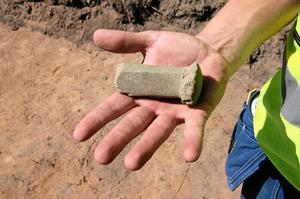 Gammalt fynd. Ett spännande fynd som dykt upp på utgrävningen är en del av en mångkantig yxa av grönsten. Den tros vara mellan 5 000-6 000 år gammal.
