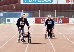 Ove vinner. Ove Svedberg, till vänster, vann sitt heat i rullatorracet.