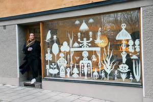 Tyra von Zweigbergk och det vackra kontorsfönstret på Lundagatan i Stockholm.