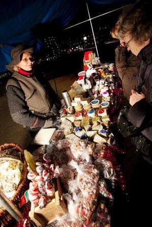 Inger Welumstein sålde ost och kakor till julskyltningsflanörer.