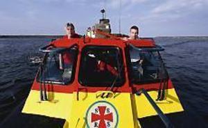 Patrik Eriksson, Gävle, och Henrik Olsson, Söderhamn är efter tre års intensivt arbete i mål. De har kört hem Söderhamns sjöräddningsbåt, en stridsbåt 90 av minsta modellen. Foto: Lasse Halvarsson