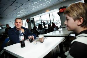 Thomas Olsson, 46 år, och Johan Olsson, 11 år.Vilka artister skulle ni vilja se på Yran i år?– Charlotte Perelli, säger Johan Olsson.– Lars Winnerbäck, säger Thomas Olsson.Men Winnerbäck har ju precis varit här?– Ja, men ändå.Har ni något favoritminne från Yran?  Någon konsert som varit extra bra?– Winnerbäck, Lundell. Det är många som varit bra, det är svårt att minnas alla, säger Thomas.– Magnus Uggla var bra, tycker Johan.Ska ni gå i år?– Ja, det ska vi nog.
